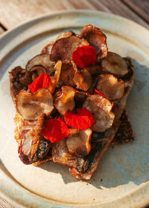 Skindstegt makrel med jordskokkechips, syltede kantareller og tallerkensmækker